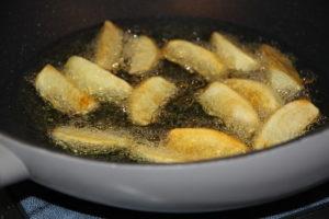 сколько жарить картошку на сковороде