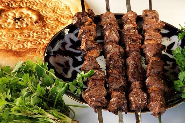 Готовим вкусный и ароматный шашлык: как смягчить мясо и сохранить сок?