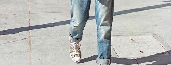 как носить кроссовки с джинсами